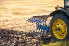 Traktor, der Land für das Säen vorbereitet Stockbilder