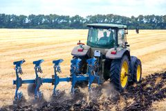 Traktor, der Land für das Säen vorbereitet Stockfotos