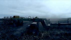 Traktor, der landwirtschaftliches Feld an der Dämmerung pflügt stock video