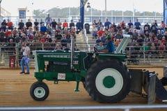 Traktor, der mit einer Weinlese Oliver Tractor zieht Stockfotografie