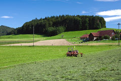 Traktor, der nahe bei gemähtem Gras steht Stockfotos