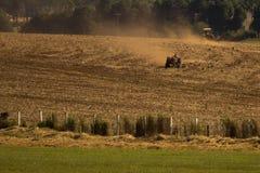 Traktor, der an Plantage arbeitet stockfotografie