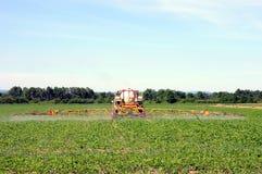 Traktor, der Schädlingsbekämpfungsmittel spaying ist Lizenzfreie Stockfotografie