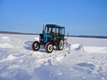 Traktor, der Schnee im Winter löscht Stockfotos