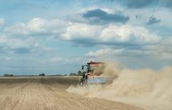 Traktor, der trockenes Ackerland am Herbst pflügt Stockfotos