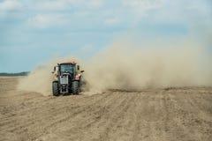 Traktor, der trockenes Ackerland am Herbst pflügt Lizenzfreies Stockfoto