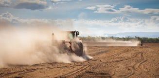 Traktor, der trockenes Land pflügt Lizenzfreies Stockfoto