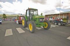 Traktor, der unten das Viertel der Hauptstraße Juli-Parade, in Lima Montana führt Stockfotos