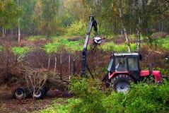 Traktor, der Waldrückstand aufräumt stockbilder
