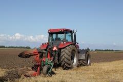 Traktor, der zur Erntezeit pflügt Lizenzfreies Stockfoto