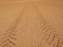 Traktor dreht Spuren im extrem trockenen staubigen Lehm stockfotografie