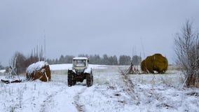 Traktor in einem Dorf stock footage