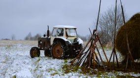 Traktor in einem Dorf stock video footage