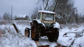 Traktor in einem Dorf lizenzfreie stockfotos