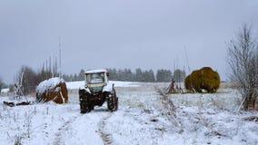 Traktor in einem Dorf lizenzfreie stockbilder