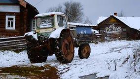 Traktor in einem Dorf Stockfoto