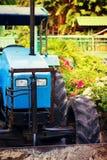 Traktor in einem tropischen Garten Stockfotografie