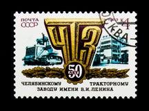 Traktor, Emblem und Gebäude der Fabrik, 50. Jahrestag Chelya Lizenzfreies Stockfoto