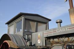 Traktor för mycket gammalt fall med en wood taxi royaltyfria foton