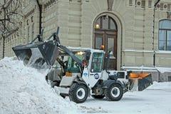 Traktor för snöborttagning i stad royaltyfri fotografi