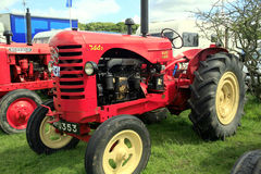 Traktor 1948 för tappningMassey Harris 744 PD Arkivbilder