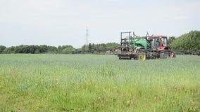 Traktor för vetefält arkivfilmer