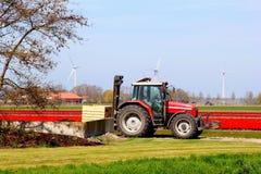 Traktor für die Ernte von Birnen im Frühjahr, die Niederlande Lizenzfreie Stockfotos