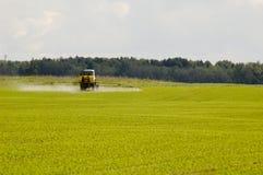 Traktor am Feld Stockfotografie