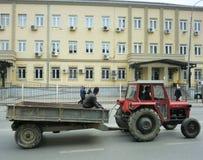 Traktor framme av den Kosovo domstolen av vädjaner Royaltyfri Fotografi