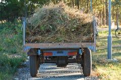 Traktor gefüllt mit Unkräutern Stockfotos