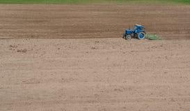 Traktor harvat fält Arkivfoton