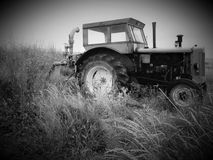 Traktor i en veteåker som tas i svartvitt Arkivfoto