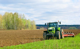Traktor i ett fält Royaltyfri Foto