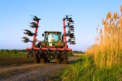 Traktor i ett fält Royaltyfri Bild