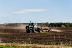 Traktor i ett fält royaltyfria foton