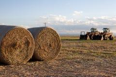 Traktor i ett nytt snitthöfält royaltyfri bild