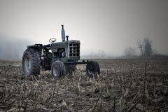 Traktor i fält Royaltyfria Bilder