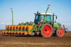 Traktor i fältsuggan arkivbilder