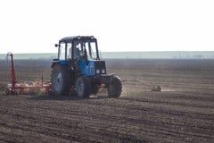 Traktor i fältsuggan Arkivbild