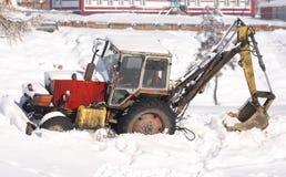 Traktor i snön lantlig platsvinter Royaltyfria Bilder