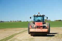 Traktor im Ackerland Stockbilder