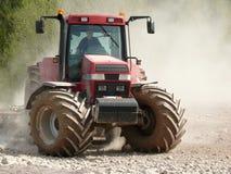 Traktor im Staub stockfotografie