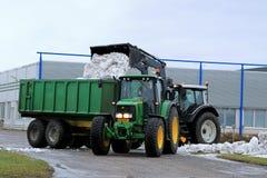Traktor John Deeres 6620 und entfernen Schnee Lizenzfreie Stockfotografie