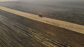 Traktor-landwirtschaftliche Einheit führt das Pflügen, die Bearbeitung des Bodens der braunen Farbe im trockenen sonnigen Wetter  stock footage