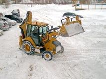 Traktor lokalvårdsnön royaltyfri fotografi