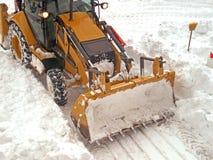 Traktor lokalvårdsnön royaltyfri bild