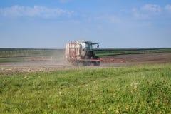 Traktor macht Düngemittel lizenzfreie stockfotos