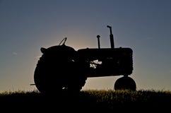 Traktor Massey Harris im Sonnenuntergang Stockfotografie