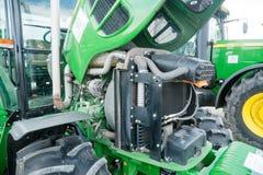 Traktor med den öppna kåpan Tyumen Ryssland Royaltyfria Bilder