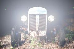 Traktor med dess ljus på på natten Royaltyfri Fotografi
